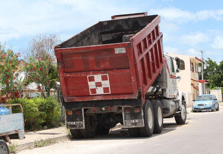 Aunado a la falta de obras, la situación económica de los transportistas se vuelve más complicada por el aumento al precio del combustible, (Joel Zamora/SIPSE)