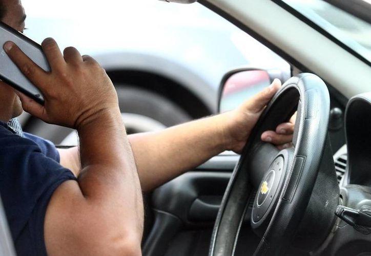 Las multas a conductores de vehículos que usan el teléfono celular, que en seis meses ya suman 5,000 en Yucatán, de mil 500 a mil 800 pesos. La imagen es únicamente ilustrativa. (Archivo/SIPSE).