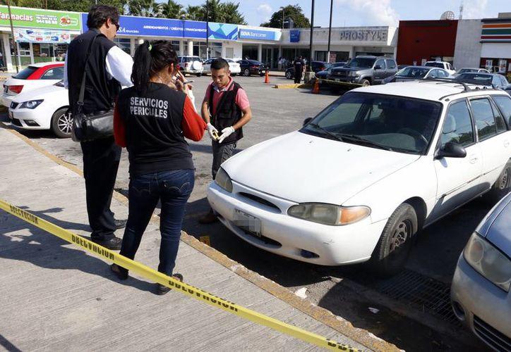 Imagen de los peritos de la Fiscalía en el lugar donde se realizó el asalto. (Milenio Novedades)