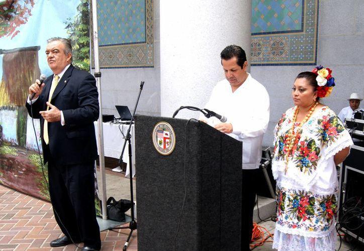 Rubio Barthell (i) dijo que algunas de las tradiciones yucatecas que se promoverán en Los Ángeles es el Hanal Pixan. (SIPSE)