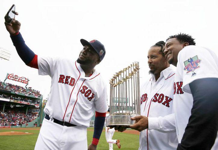 Medias Rojas de Boston retirará el número 34 de Big Papi (i), que contribuyó a los tres títulos de Serie Mundial del equipo. (AP)