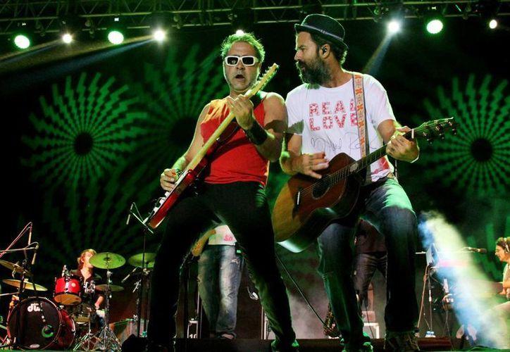 La banda estuvo en el escenario más de hora y media, interpretando sus grandes éxitos. (Maria Mauricio/SIPSE)