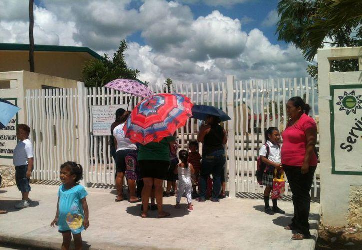 Maestros y alumnos de la primaria Miguel Hidalgo y Costilla acudieron a clases normalmente ayer.  (Juan Cano/SIPSE)