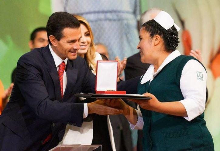 Peña Nieto encabezó la firma del Acuerdo Nacional hacia la Universalización de los Servicios de Salud, en el Centro Médico Nacional Siglo XXI de la Ciudad de México. (Presidencia)