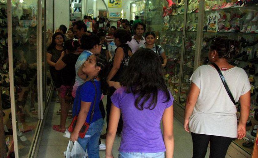 Miles de personas recorrieron ayer las tiendas del Centro Histórico de Mériday plazas comerciales para hacer las compras de último minuto de útiles escolares, ropa, calzado y accesorios para el regreso a clases. (Milenio Novedades)