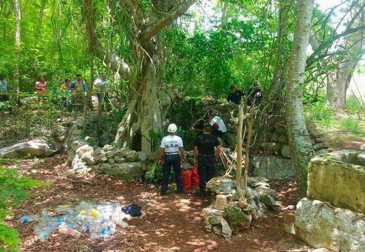 En la boca de un cenote, se encontraron las pertenencias de un anciano que está desaparecido, y que los lugareños piensan que se suicidó, en Espita, Yucatán. (Milenio Novedades)
