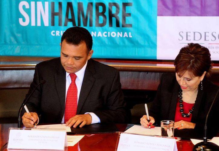 En la Sala de Consejo de la dependencia, la titular de la Sedesol, Rosario Robles, y el gobernador, yucateco, Rolando Zapata Bello y Rosario Robles firmaron el acuerdo. (Notimex)
