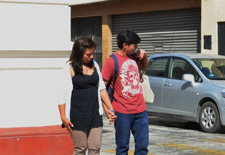 La regularización legal de una pareja evita problemas a los hijos en un futuro, en caso de fallecimiento. En la imagen, un par de jóvenes al cruzar una calle del Centro de Mérida. (Milenio Novedades)