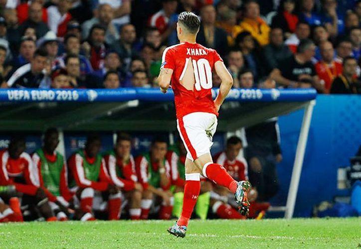 Granit Xhaka, nuevo fichaje del Arsenal, lució con el torso y espalda descubrierta, hasta en dos ocasiones. (oem.com.mx)