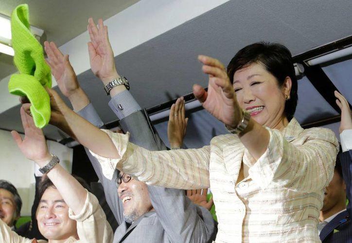 La ex ministra de Defensa de Japón Yuriko Koike celebra junto con sus partidarios su triunfo en las elecciones para ser la nueva gobernadora de Tokio. Koike es la primera mujer que ostenta el cargo. (AP Foto/Shizuo Kambayashi)