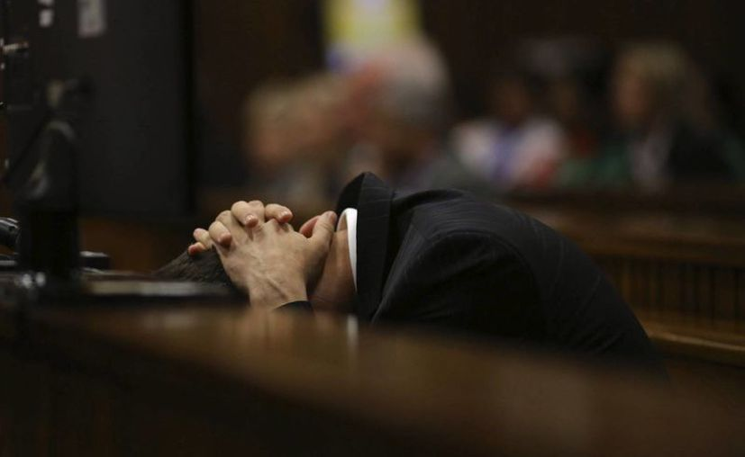 Pistorius asiste al sexto día de su juicio por el asesinato de su novia, la modelo Reeva Steenkamp, en el Tribunal Superior de Pretoria. (EFE)