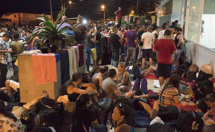 Miles de migrantes cubanos se quedaron atrapados en la región costarricense, al intentar seguir su ruta hacia EU. (Foto tomada de CNN Expansión)