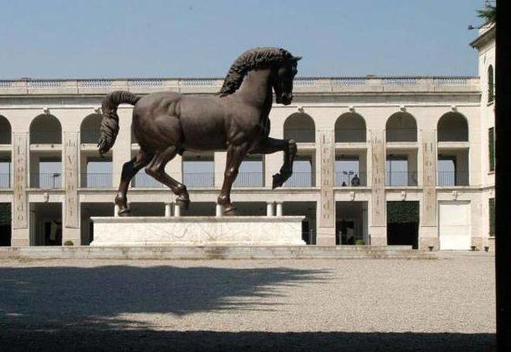 """El caballo de 7.3 metros y 15 toneladas, realizado en bronce, se erige en el hipódromo de Milán, lugar que para muchos es """"poco visible"""". (Newspresse)"""