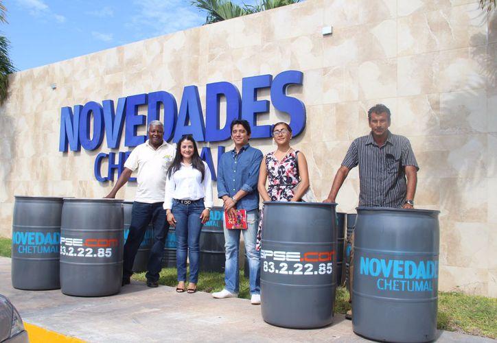 Novedades Chetumal, dona al Ayuntamiento contenedores de basura. (Claudia Martín/ SIPSE)