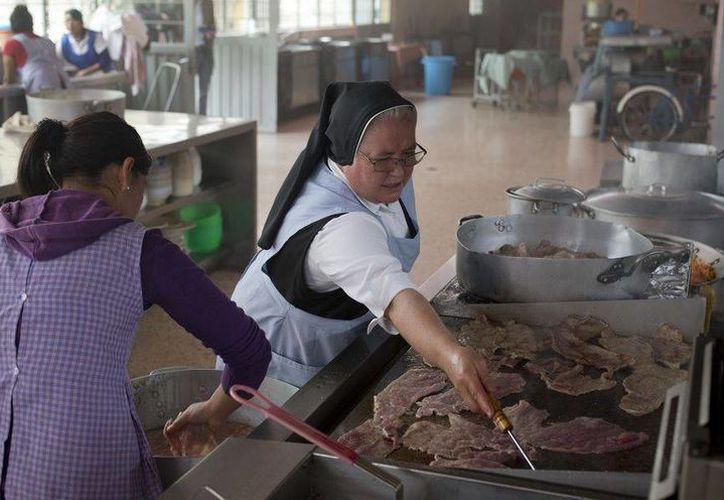 Florinda Ruiz Carapia, conocida como la 'Hermana Flor, cocina todos los días para 150 seminaristas en un convento de Puebla. Su vocación religiosa, combinado con su talento gastronómico, la ha llevado a alcanzar la fama al ser finalista  del programa de TV Azteca 'Master Chef'. (AP)
