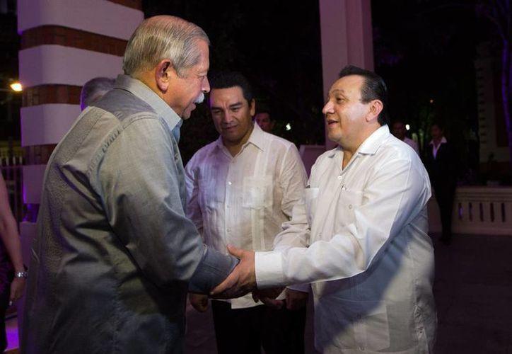 El titular de Sedeculta, Roger Metri (d), junto con el gobernador de Tamaulipas, Egidio Torre Cantú, presentaron el programa del FIT de este año. (Cortesía)