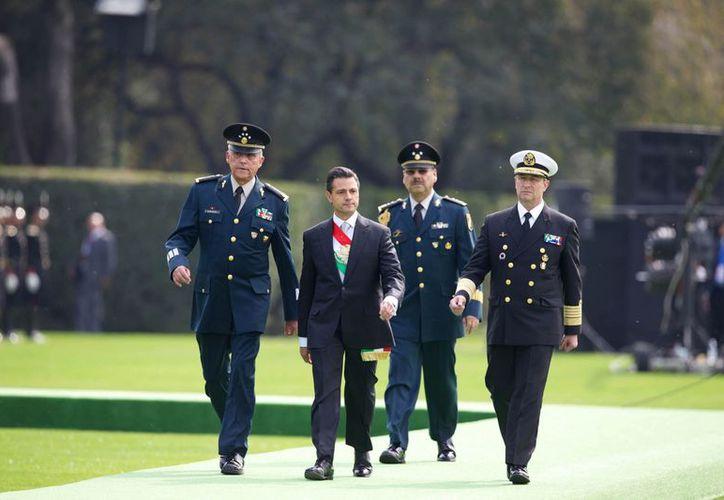El Presidente se dijo decidido a mejorar las condiciones del Ejército. (Notimex)
