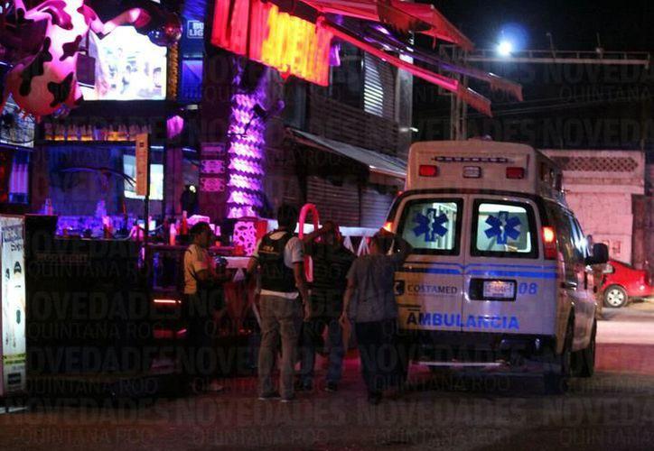 El sábado por la noche, hubo una balacera en en un bar de la Quinta Avenida de Playa del Carmen. Dos yucatecos fueron detenidos. (Novedades de Quintana Roo).