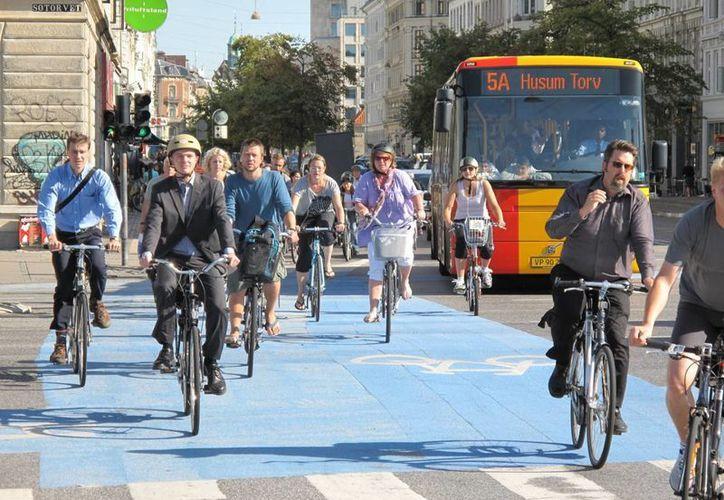 La capital danesa, Copenhague, ocupa el séptimo lugar en el ránking mundial de ciudades con jornadas laborales reducidas. Además, es una ciudad amigable con el medio ambiente: mucha gente usa bicicletas para ir de un lugar a otro. (streets.mn)