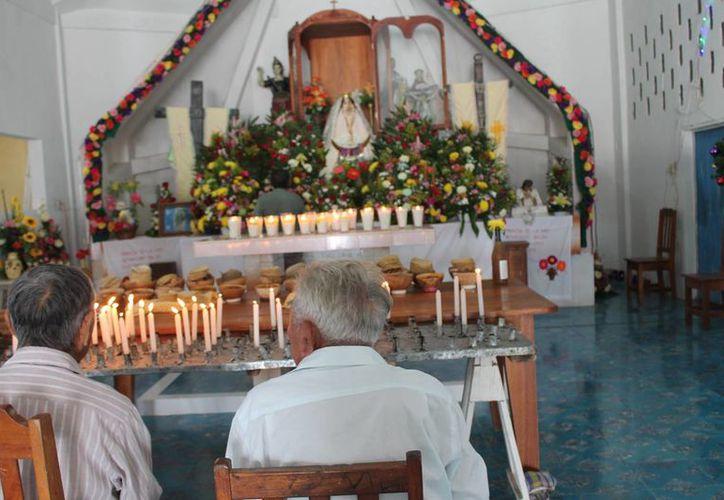 Los dignatarios mayas ofrecieron a la virgen un rezo en lengua materna. (Raúl Balam/SIPSE)