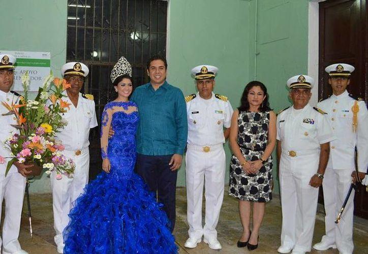 Foto oficial de la nueva Reina de Marina 2014 acompañada de las autoridades municipales y federales. (Milenio Novedades)