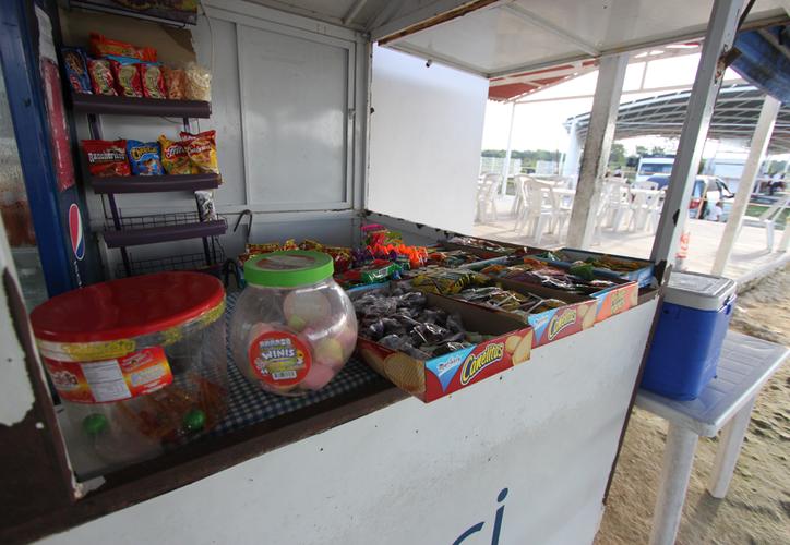 Aunque no se pudo precisar el número, en Cozumel hay varias tiendas escolares que venden comida chatarra a los estudiantes. (Gustavo Villegas/SIPSE)