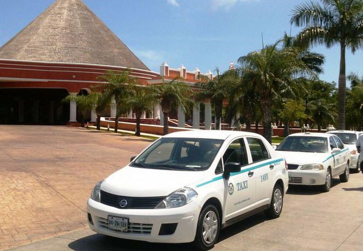 Los conductores estacionaron sus vehículos en la entrada del hotel con el fin de impedir el tránsito de más automóviles en la zona. (Daniel Pacheco/SIPSE)