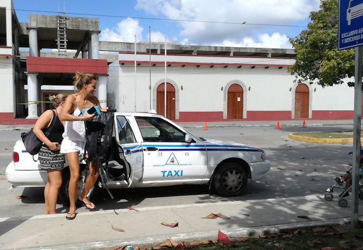 Operadores de taxi de Bacalar y Chetumal llegaron a un acuerdo para trabajar durante las vacaciones de invierno. (Javier Ortiz/SIPSE)