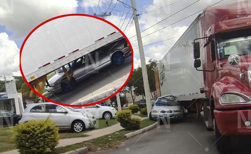 La parte izquierda del coche quedó incrustada en el lado derecho de la carga. (Javier Samos)