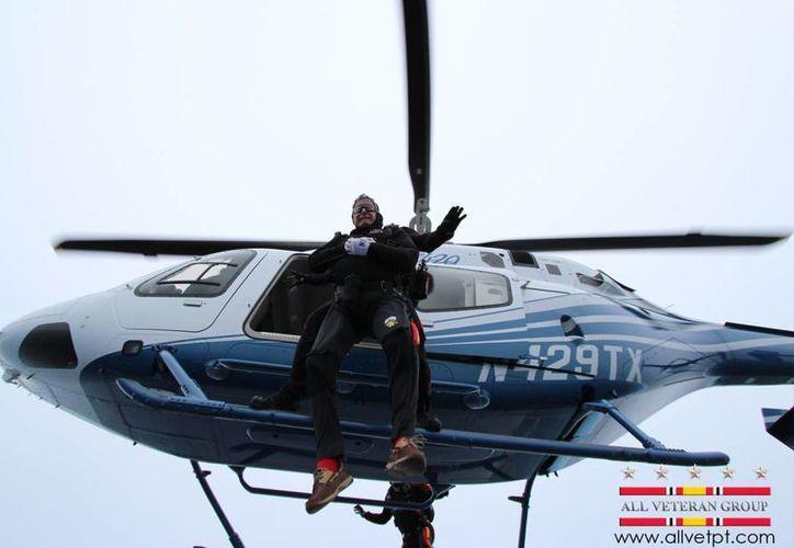Momento en que el expresidente estadounidense George Bush se lanzó del helicóptero. (Agencias)