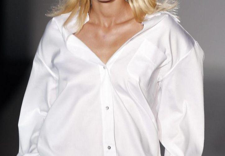 La camisa blanca de Elizabeth & Clarke, además de repeler manchas que por lo regular son difíciles de limpiar, es muy suave, cómoda y transpirable. (EFE/Archivo)