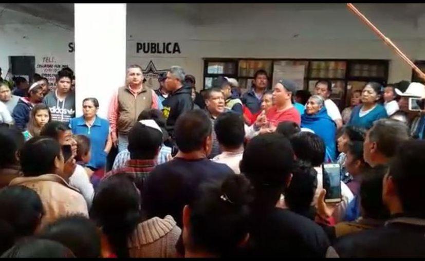 La policía logró hacerse con los señalados antes de que sufrieran más agresiones. (Internet)
