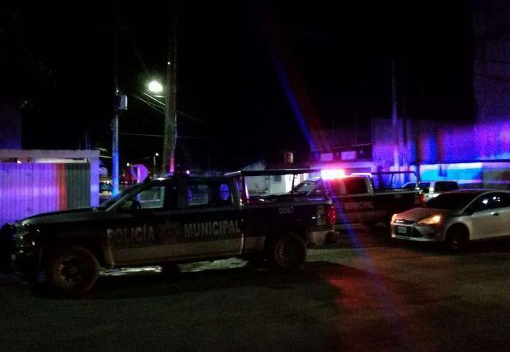 La policía realiza las investigaciones correspondientes sobre el hecho violento.  (Foto: Redacción/SIPSE)