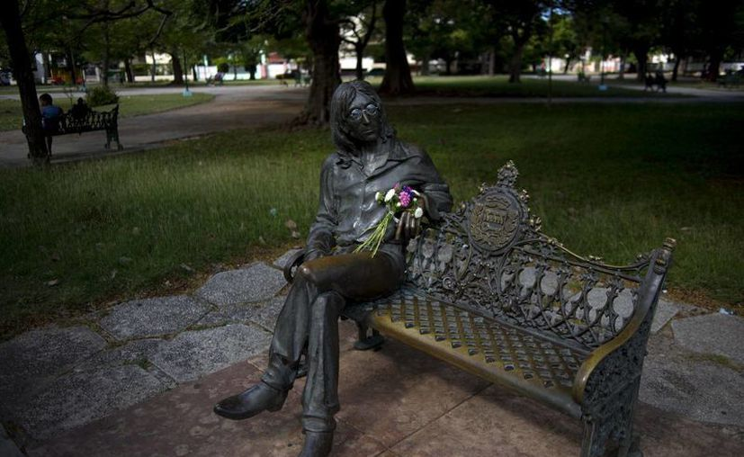 Uno de los parques más bellos y visitados de la capital cubana es donde se encuentra la célebre estatua de John Lennon, quien a pesar de ser británico por nacimiento, es uno de los personajes emblemáticos de Nueva York. (AP)