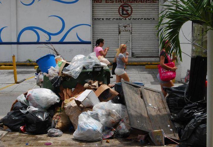 La situación se acumulamiento de basura se ha visto reflejada en diversas colonias. (Tomás Álvarez/SIPSE)