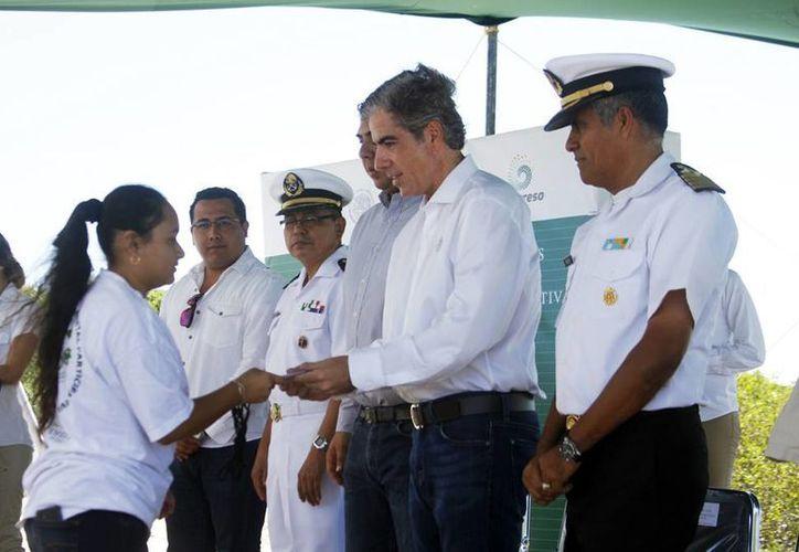 Imagen de la entrega de Apoyos del Programa de Empleo Temporal 2015 a los integrantes de los nuevos Comités de vigilancia ambiental. (César González/SIPSE)