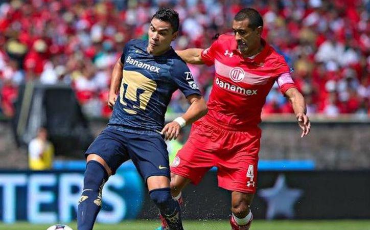 Pumas dominó gran parte del encuentro, pero no pudo meter el gol de la diferencia. En la foto, Barrera disputa balón con Paulo Da Silva de Toluca.(Foto tomada de Facebook/Pumas)
