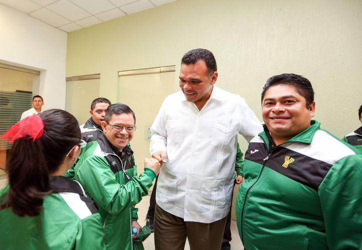 El gobernador Zapata Bello, con deportistas especiales y entrenadores que participarán en los Special Olympics World Games en EU. (Milenio Novedades)