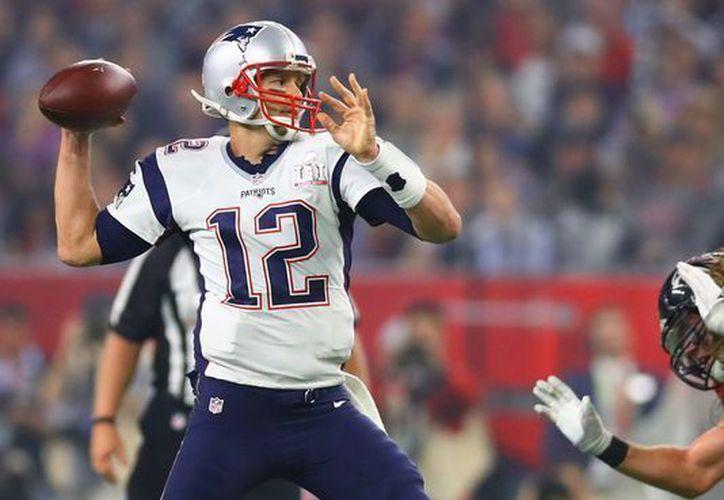El mariscal de campo de los Patriotas de Nueva Inglaterra, Tom Brady, se lastimó durante el entrenamiento del pasado miércoles. (Contexto/Internet)