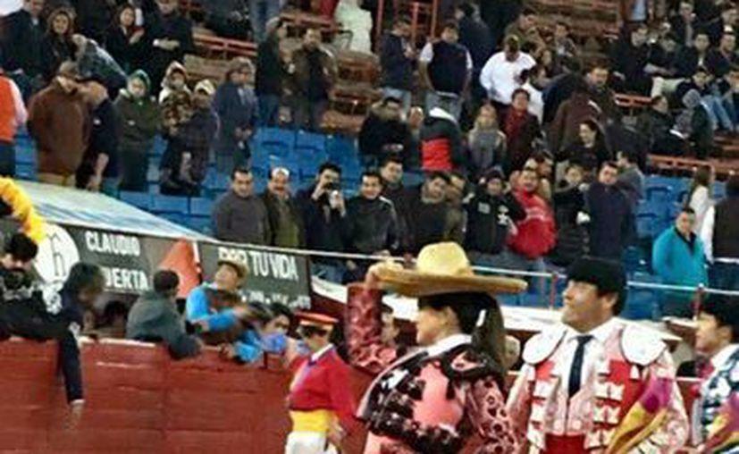 'Lupita' López da la vuelta al ruedo tras conseguir una oreja en el cartel de la Plaza México. (Facebook: Plaza México)