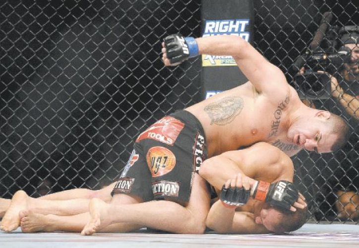 Lo que nadie había conseguido, Caín Velásquez derribó en varias ocasiones a Junior dos Santos. (Agencias)