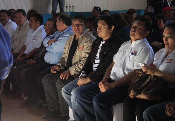 El promedio de ingreso mensual de un profesor es de 10 mil pesos en una plaza, y 19 mil pesos en doble plaza. (Harold Alcocer/SIPSE)