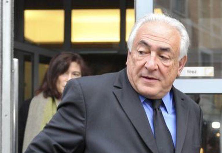 Dominique Strauss-Kahn, ex irector del Fondo Monetario Internacional, sale de su hotel para asisitr al juicio que se le sigue bajo cargos de proxenetismo en un tribunal de Lille, en el norte de Francia. (Agencias)