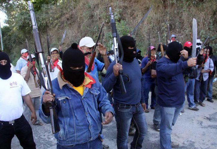 Hombres armados y encapuchados han tomado las armas como medida de autodefensa, bajo el concepto de guardias comunitarias. (Agencias)