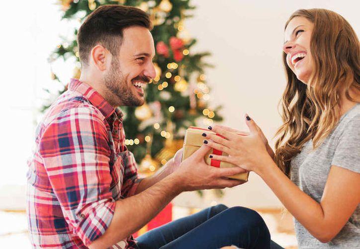 La mayoría de las personas encuestadas prefiere pasar Navidad con una persona especial. (Foto: Telemundo)