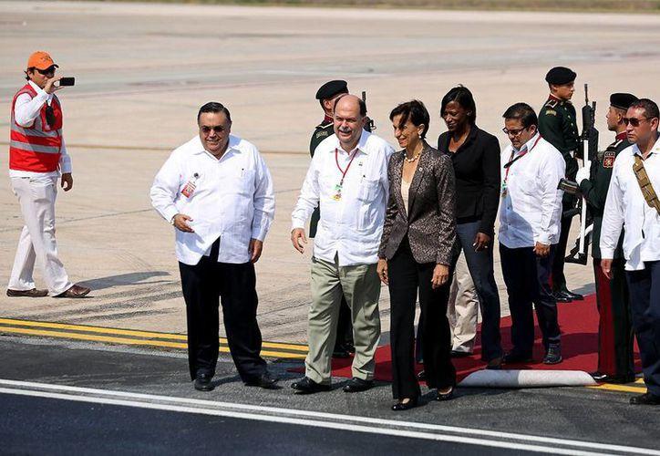Recibimiento de la primera ministra de la isla de San Martín, Sarah Wescot-Williams, en el aeropuerto de Mérida. (Cortesía)
