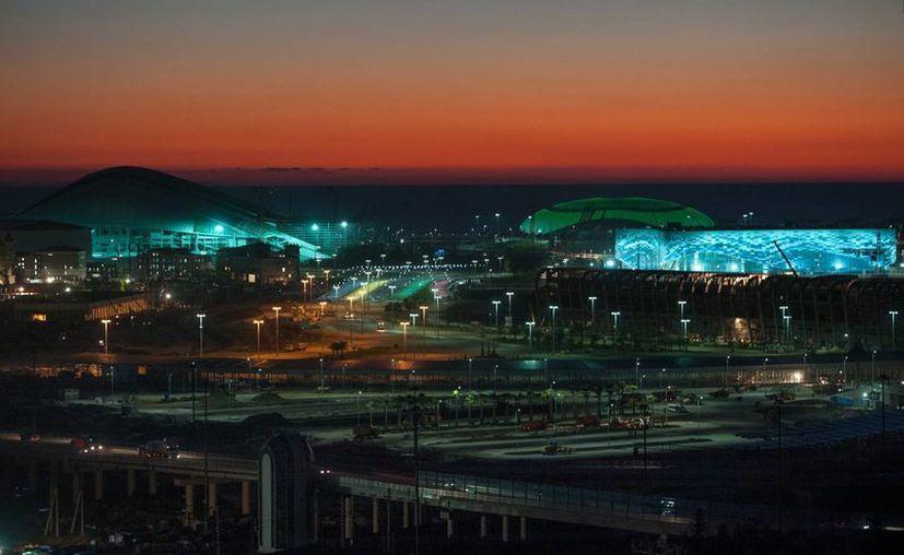 Panorámica del estadio Olympic Bolshoy (i) y del estadio Iceberg, que servirá como sede de competencias de skating durante los Juegos Olímpicos de Invierno en Sochi. (Agencias)