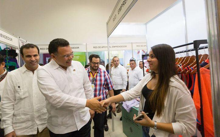 El gobernador Rolando Zapata (c) y el presidente de la Canaco-Servytur en Mérida, Juan José Abraham Daguer (i) durante un recorrido por los stands de la Expo Feria de Comercio. (Fotos cortesía del Gobierno)