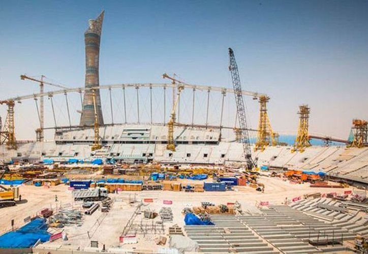 El Mundial de Futbol Qatar 2022 se jugará entre noviembre y diciembre, según confirmó la FIFA. La imagen es del estadio Khalifa, uno de las sedes, y está utilizada solo con fines ilustrativos. (AP)