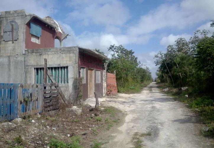 El cuerpo de la mujer fue hallado en un camino de terracería de la colonia La Amistad. (Eric Galindo/SIPSE)